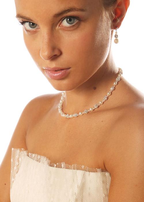 Choisir la couleur de ses bijoux de mariee en fonction de for Robe pour mariage cette combinaison collier perle mariage
