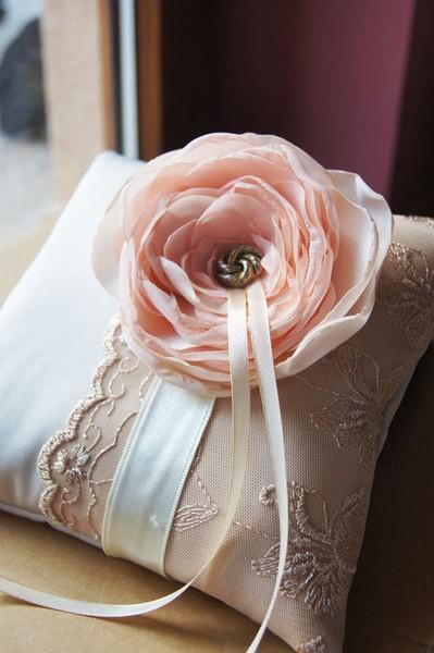 coussins alliances satin et dentelle avec superbe fleur saumon e princesse d 39 un jour. Black Bedroom Furniture Sets. Home Design Ideas